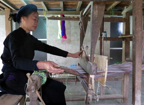 Người Phụ Nữ Tày Bên Khung Cửi Dệt Vải
